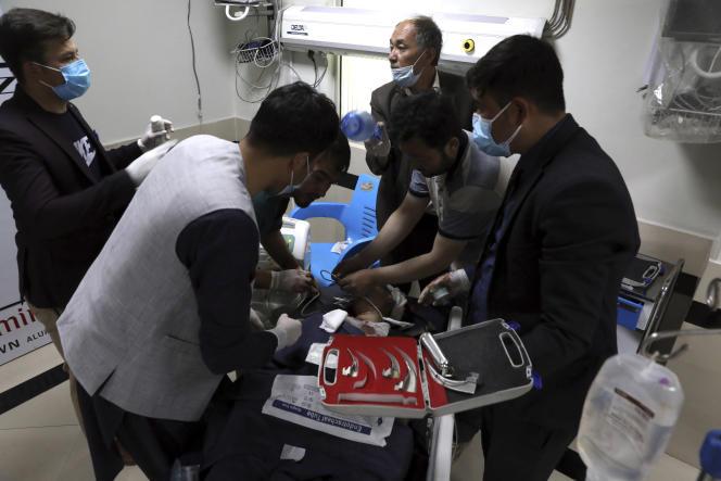 Une écolière est soignée dans un hôpital de Kaboul, en Afghanistan, samedi8mai2021.