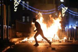 Un manifestant court vers une barricade enflammée dans la Vieille ville de Jérusalem, samedi 8 mai.