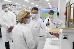 Ursula von der Leyen lors d'une visite de l'entreprise Pfizer à Puurs, en Belgique, le23avril.