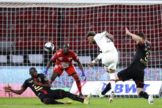 Une frappe de Neymar durant le match contre Rennes, dimanche 9 mai.