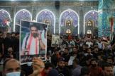 Une foule rassemblée pour les funérailles d'Ehab Al-Ouazni, à Kerbala, en Irak, dimanche 9 mai.