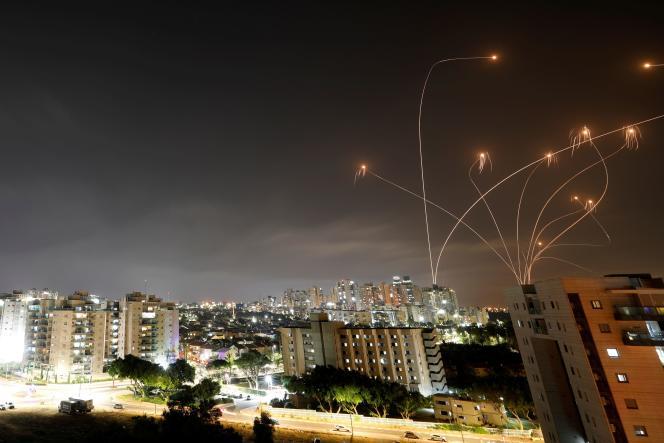 Le système antimissile Iron Dome d'Israël a intercepté des roquettes lancées depuis la bande de Gaza vers Israël, à Ashkelon, lundi 10 mai.
