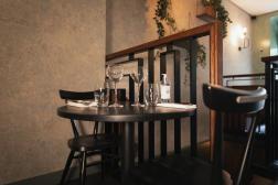 Sur les tables du restaurant, le couvert est déjà installé. Les clients pourront s'y installer à partir du 9 juin 2021.