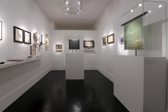 Vue d'ensemble des dix-sept œuvres issues du mouvement des Arts incohérents, découvertes dans une malle par l'expert Johann Naldi. Paris, 2021.