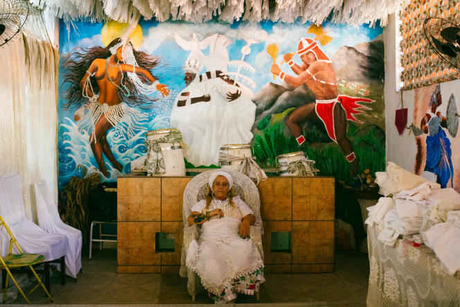 La prêtresse Kátia de Lufan, cheffe du terreiro Inza Ria Lemba, dans le quartierVila da Penha au nord de Rio de Janeiro.