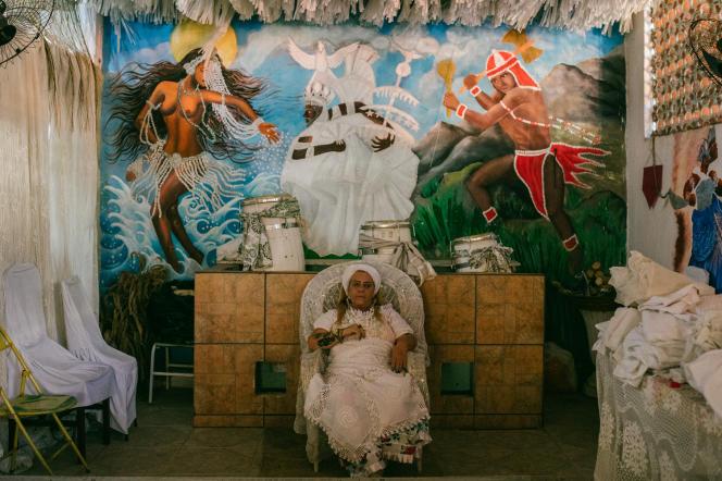 La prêtresse Kátia de Lufan, cheffe d'un terreiro du quartier de Vila da Penha, accueille les expulsés des favelas de Rio.