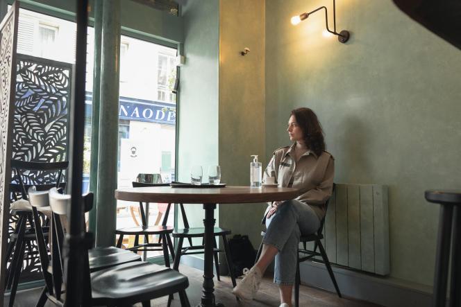 Nina Perrin, 27 ans, serveuse à mi-temps au restaurant et comédienne, le 4 mai 2021.