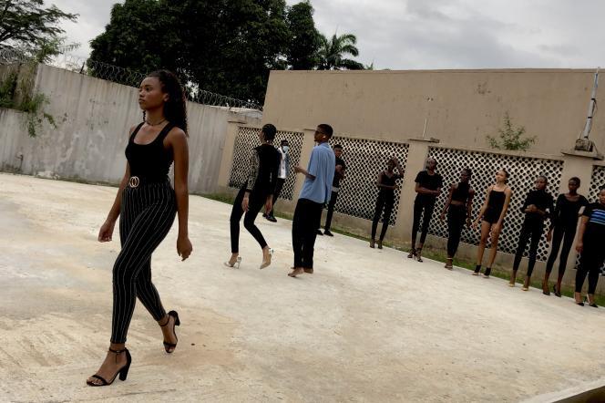 Cours de« catwalk» pour les nouveaux modèles del'agence de mannequins Beth Model Management, à Lagos, le 9 avril 2021.