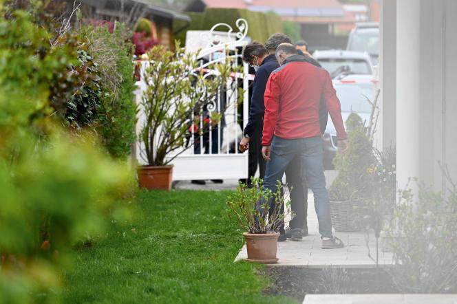 Sur les lieux du double assassinat par son ancien compagnon d'une femme et de la mère de celle-ci, à Salzbourg, le 6 mai 2021.