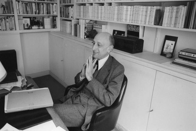 Jérôme Lindon, directeur des Editions de Minuit et grand artisan de la loi Lang sur le prix unique du livre, dans son bureau, le 3 mai 1978.