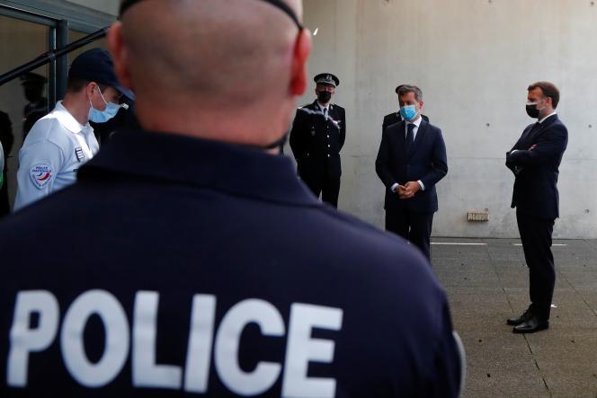 Emmanuel Macron et le ministre de l'intérieur, Gérald Darmanin, en déplacement au commissariat central de Montpellier, le 19 avril 2021.