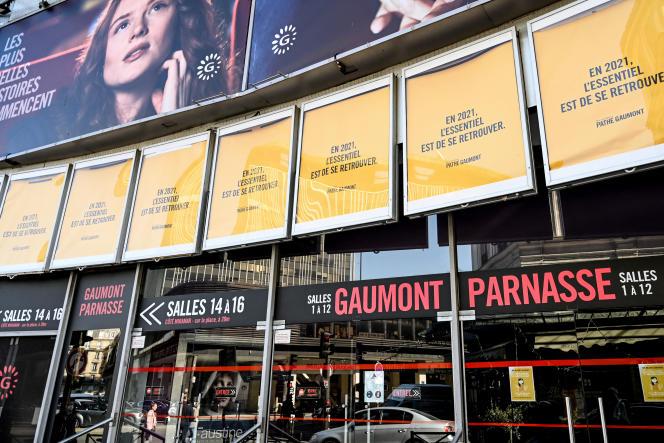Un cinéma fermé à Paris, le 2 avril 2021.