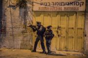 Combats entre des manifestants palestiniens et la police israélienne dans la rue de Naplouse, à Jerusalem-Est, le 10 mai 2021.