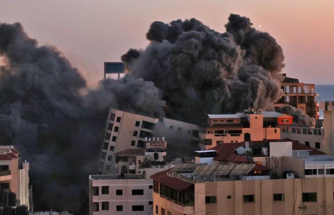 Un immeuble de treize étages – dans lequel des responsables du Hamas avaient leur bureau – situé dans le centre de la ville de Gaza a été complètement détruit par une frappe israélienne.