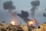 Explosions et nuages de fumée pendant les raids israéliens dans la bande de Gaza, le 11 mai 2021.