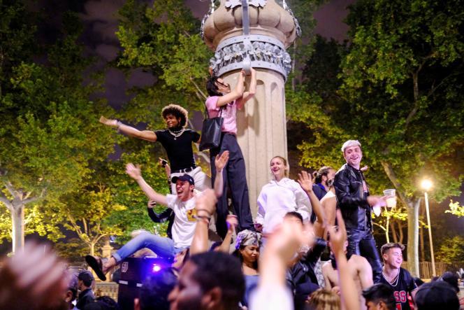Des jeunes se sont rassemblés pour célébrer la levée de l'état d'urgence sanitaire, le 10 mai, à Barcelone.