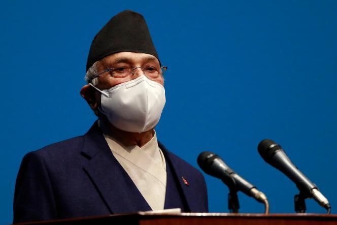 Le premier ministre marxiste-léniniste, Khadga Prasad Sharma Oli, devant le Parlement, qui a voté contre lui une motion de censure le 10 mai 2021.