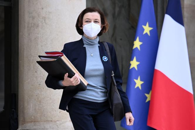 La ministre des armées, Florence Parly, part après avoir participé à la réunion hebdomadaire du cabinet à l'Elysée, à Paris, le 5 mai.