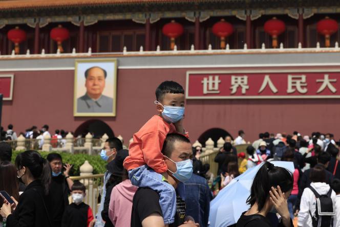 Sur la place Tiananmen où figure un portrait de Mao Zedong, à Pékin, le 3 mai 2021.
