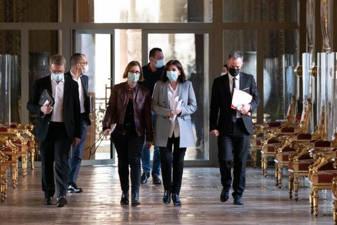 Anne Hidalgo et son équipe avant une réunion rassemblant les maires des vingt arrondissements à l'hôtel de ville de Paris, le 1er mars 2021.
