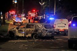 Un véhicule de la police israélienne incendié à Lod, près de Tel-Aviv, mardi 11 mai.