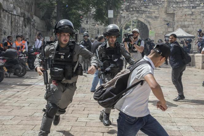 Jérusalem, Israël, le 10 mai 2021  De violents accrochages opposant les manifestants palestiniens et la police israélienne ont à nouveau eut lieu et on fait environ 300 blessés en grande partie en matinée sur l'esplanade des mosquées. Les hommes entre 15 et 40 ans se sont vu interdire l'accès à la mosquée Al-Aqsa pour la prière de 13 heures.  Photo Laurent Van der Stockt pour Le Monde