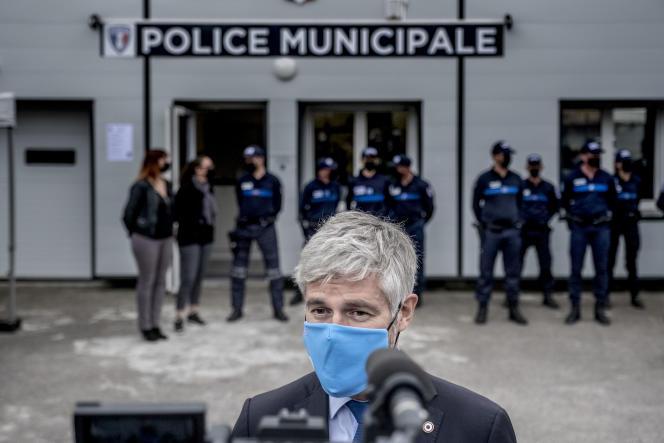 Le président du conseil régional d'Auvergne-Rhône-Alpes, Laurent Wauquiez, devant le commissariat municipal de Décines (Rhône), le 28 avril 2021.