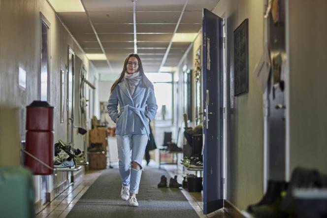 Puk Willemoes traverse le couloir menant à son logement, dans la cité universitaire d'Aarhus (Danemark), le 30 avril 2021.