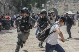 Affrontements entre les manifestants palestiniens et la police israélienne sur l'esplanade des Mosquées à Jérusalem, le 10 mai 2021.