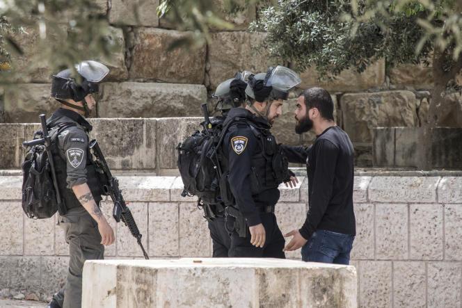 Affrontements entre des manifestants palestiniens et la police israélienne, sur l'esplanade des Mosquées à Jérusalem, le 10 mai 2021.