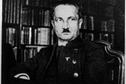 Le philosophe Martin Heidegger vers 1933-1934, arborant un emblème du parti nazi.