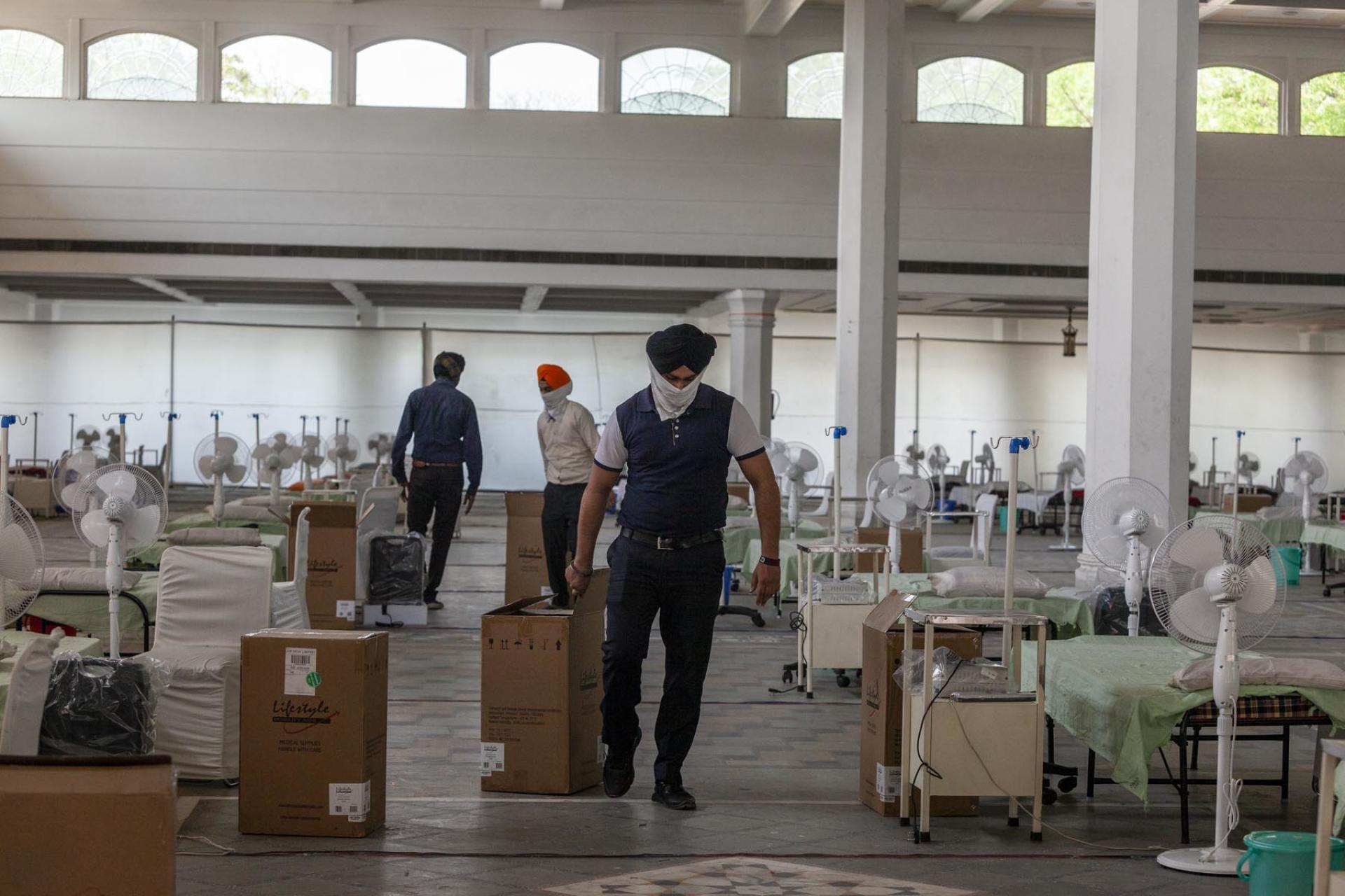 Le gurdwara Rakab Ganj Sahiba transformé un de ses bâtimentspour accueillir près de 400 lits, mis à disposition des malades du Covid-19, et équipés de concentrateurs d'oxygène, à New Delhi,le 4 mai 2021.