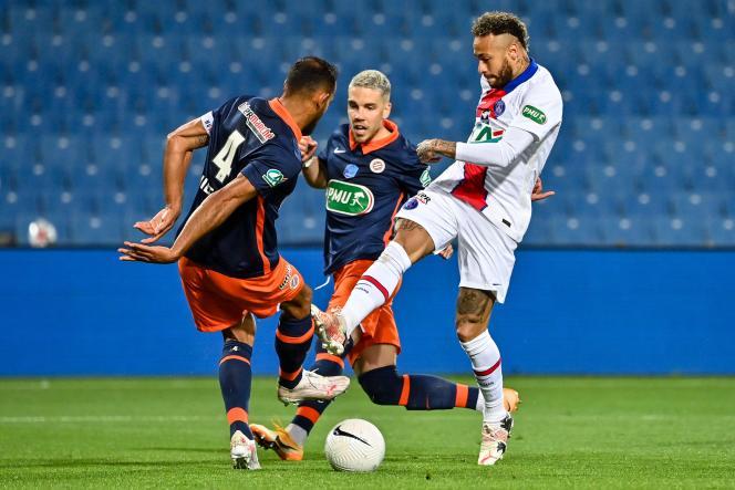 Neymar face au défenseur Vitorino Hilton lors de la Coupe de France à Montpellier, mercredi 12 mai 2021.
