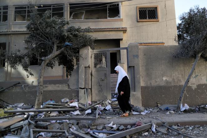 یک زن فلسطینی پس از حمله اسرائیل در غزه در روز چهارشنبه ، 12 مه 2021 ، در زیر آوار خانه ای ایستاده است.