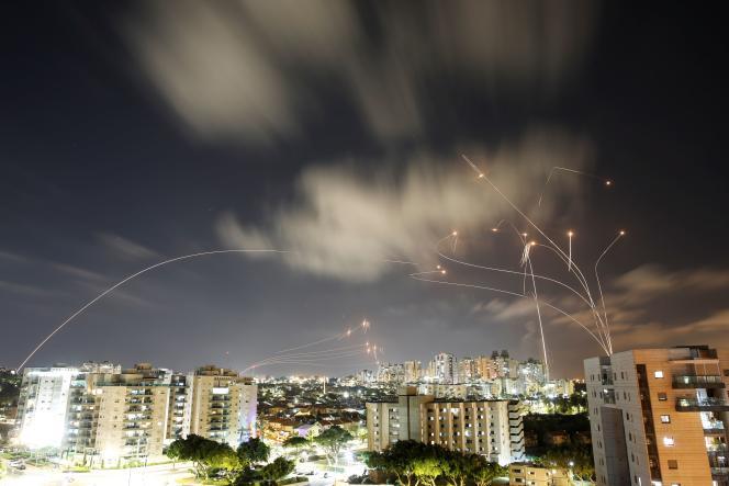 Des roquettes lancées depuis la bande de Gaza, interceptées par le bouclier antimissiles israélien Dôme de fer,à Ashkelon, mercredi 12 mai 2021.
