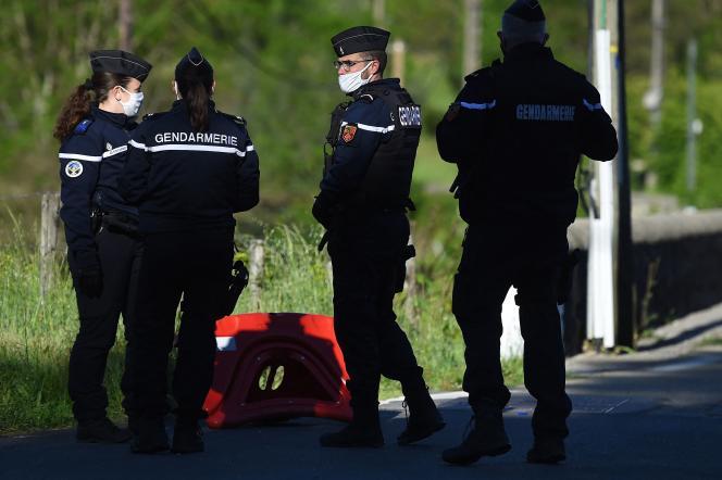 Les gendarmes recherchent un homme qui a abattu deux personnes dans une scierie la veille près du village desPlantiers (Gard), le 12 mai.