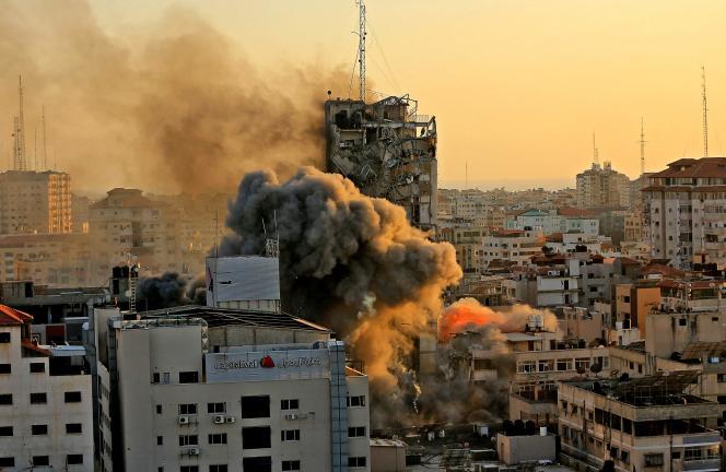 La tour Al-Shorouk, qui abritait des bureaux de la chaîne de télévision palestinienne Al-Aqsa, a été détruite, mercredi 12 mai 2021. C'est le troisième bâtiment élevé de la bande de Gaza à être détruit depuis le début de l'escalade militaire meurtrière entre Israël et le mouvement islamiste Hamas.