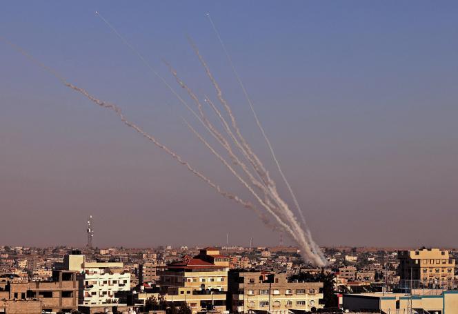 Des roquettes sont tirées vers Israël depuis Rafah, dans le sud de la bande de Gaza, mercredi 12 mai 2021.