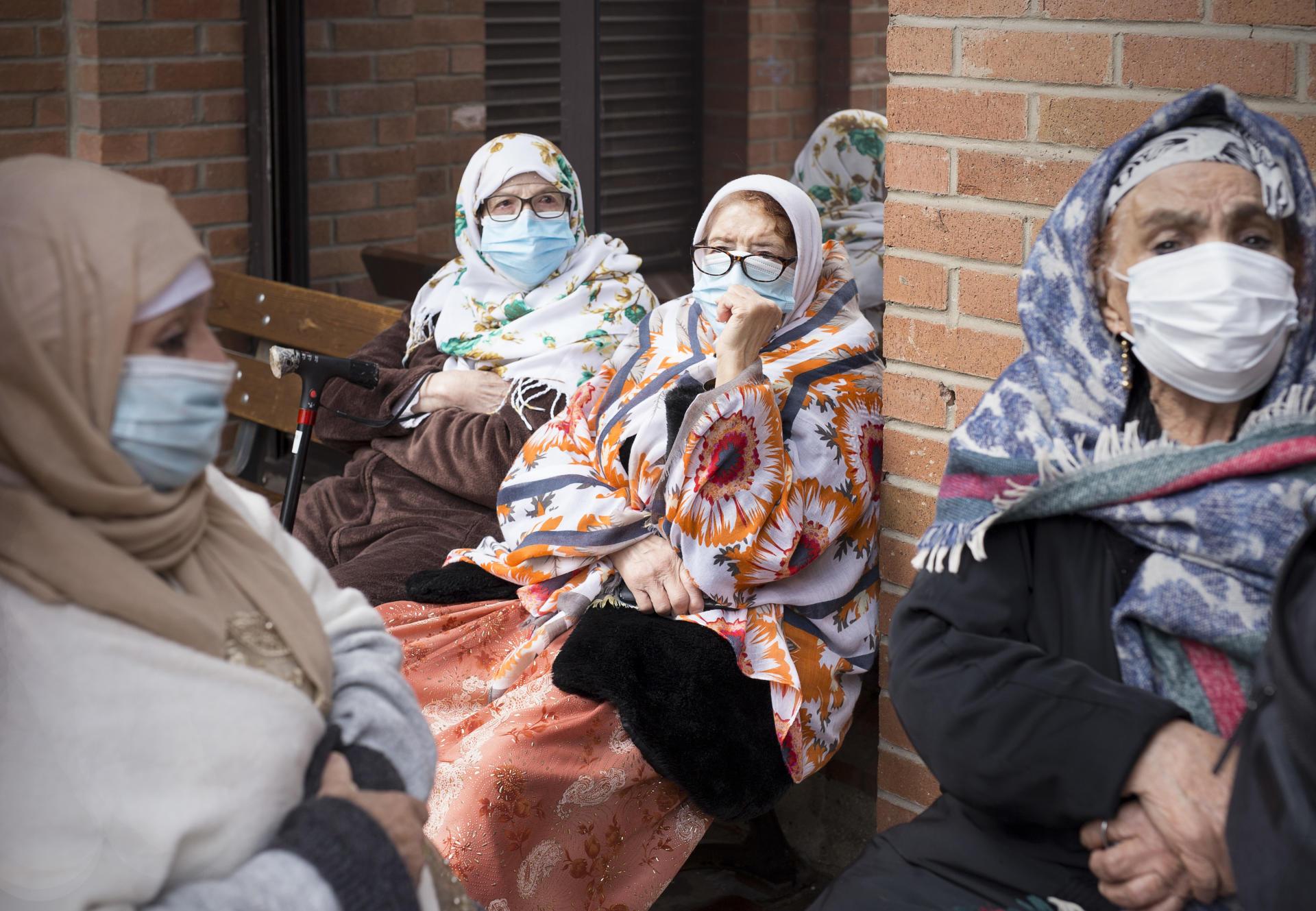 با چوپانانی که کمی بیش از پانزده سال دارند در خانه آلما-فونتنوی که حدود سی و پنج بزرگسال را در خود جای داده است ، ملاقات کنید.  از چپ به راست: کاتوجا آتوش ، زهرا آملیلی ، فاطوم فاطوم زردا و فاطما بی یود ، 6 مه ، در روبیا.