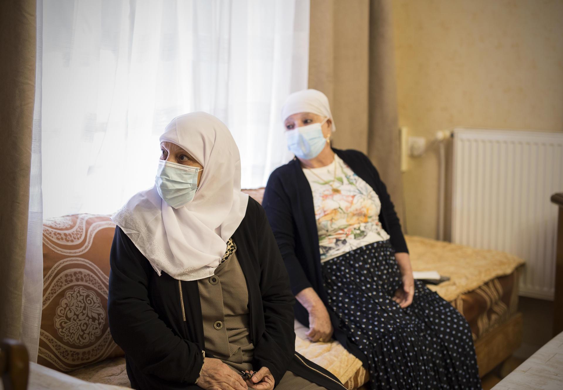 کاتوجا آتوش (سمت راست) در تاریخ 6 مه Zohra Benoumeur را در خانه خود ، در خانه آلما-فونتنوی در روبایی پذیرایی می کند.