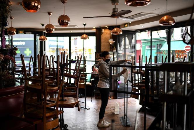 Une serveuse le 12 mai 2021, avant la réouverture des restaurants et des terrasses de café, le 19 mai.