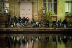 Des fumeurs de crack, place de Stalingrad, à Paris, en décembre 2020.