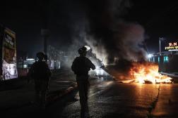 La police israélienne lors d'affrontements entre Arabes israéliens, juifs et police, à Lod, le 12 mai 2021.