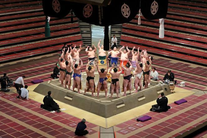 Au premier jour du tournoi de sumo organisé en l'absence de spectateurs dans l'enceinte du Kokugikan à Tokyo, le 9 mai 2021.