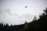 Un hélicoptère tente de retrouver le fugitif, près du village des Plantiers, le 12 mai 2021.