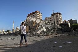 A Gaza, mercredi 12 mai, un Palestinien devant un immeuble détruit, la veille, par une frappe israélienne. / AFP / MOHAMMED ABED