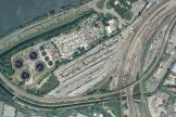 L'aire d'accueil d'Avignon, dans une zone industrielle, jouxte une déchetterie, une station d'épuration et les voies de chemin de fer.