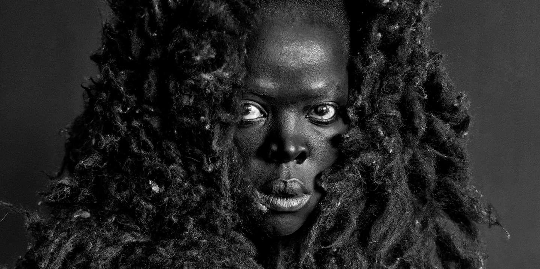 Sauvagerie, exotisme, sensualité… A travers des autoportraits, la photographe Zanele Muholi dénonce les clichés sur les femmes noires