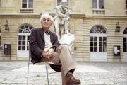 Le philosophe Jacques Bouveresse, dans la cour du Collège de France, à Paris, en 2006.