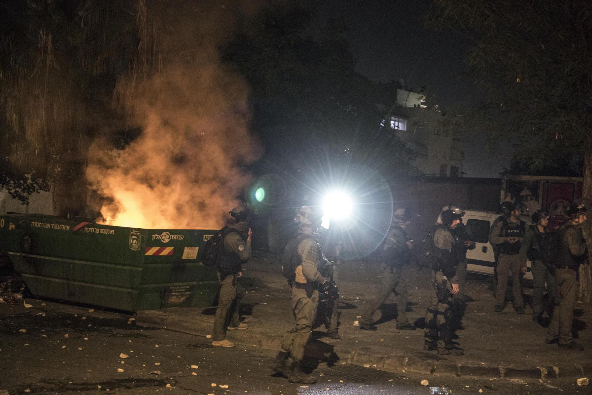 La police aux frontières, arrivée en renfort, recherche des groupes de colons et de militants juifs. Lod, Israël, le 12 mai 2021.